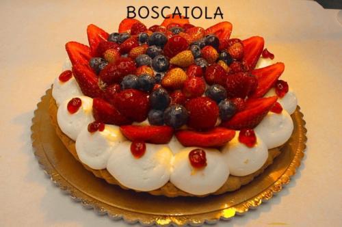 BOSCAIOLA - Base di pasta frolla con uno strato di crema pasticcera, uno strato di chantilly, marmellata di visciole e decorata con una cascata di fragole e frutti di bosco