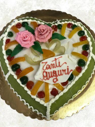 CASSATA SICILIANA - Base di pan di spagna farcito con ricotta mantecata e gocce di cioccolato, rivestita con pasta di mandorle, zucchero fondente e frutta candita