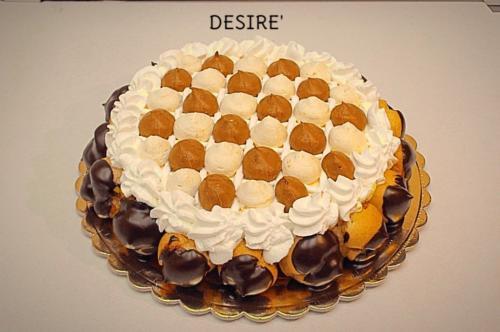 DESIRE' - Base di pan di spagna farcito con zabaione e cioccolato. Esternamente decorata con un giro di bignoline alla crema e panna.