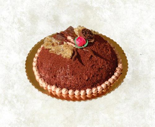 MIMOSA AL CIOCCOLATO - Base di pan di spagna al cioccolato farcito con panna al cioccolato e gocce di cioccolato, rivestita con il medesimo pan di spagna