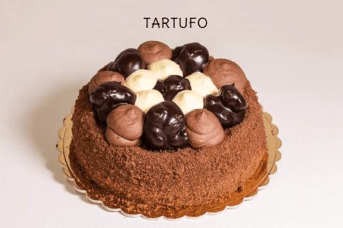 TARTUFO - Base di pan di spagna al cioccolato con farcitura di panna-zabaione e gocce di cioccolato. Esternamente decorato con bignoline alla crema, ciuffi di panna al cioccolato e zabaione