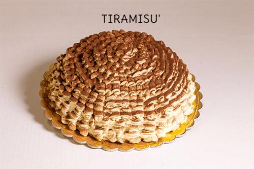 TIRAMISU' - Base di pan di spagna  bagnato al caffè con una crema di panna al mascarpone