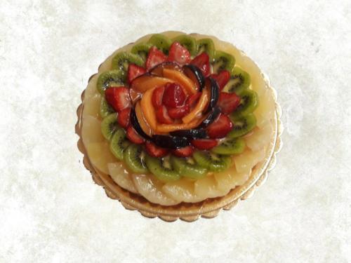 TORTA ALLA FRUTTA - Base di pasta frolla con uno strato di crema pasticcera e guarnita con frutta fresca di stagione e sciroppata