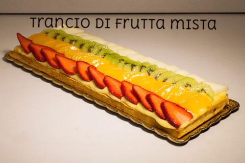 TRANCIO DI FRUTTA MISTA - Base di pasta frolla con uno strato di crema pasticcera e guarnita con frutta fresca di stagione e sciroppata